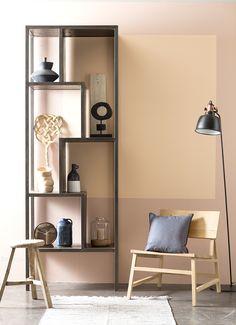 Bij de trend 'Farmhand' wordt nagedacht over de waarde van meubels. Design zonder opsmuk, zeg maar een soort landelijke overpeinzing. En de kleur? Nude/caramel en terra als accent. Pastels zijn een 'no go'.