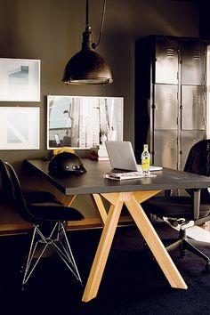 """O designer Paulo Antonio de Azeredo escolheu o preto para decorar seu apartamento. Além de ser um truque para disfarçar imperfeições, a cor tem razão de ser: """"Gosto do estilo industrial"""". Além das paredes, mesa, cadeira e armário metálico são escuros"""