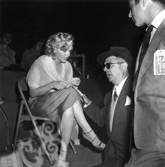 Marilyn Monroe at a charity baseball game at Gilmore Field Stadium, LA, in Hollywood Hills, Golden Age Of Hollywood, Hollywood Stars, Marilyn Monroe Life, Baseball Star, Star Beauty, Norma Jeane, True Beauty, Film Photography