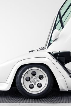 Lamborghini Countach in White (by j.hietter). Vertical croppers take notice. THIS is called composition.