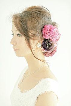 シックな色花をたっぷりと飾ったゆるアップは大人の華やかさを漂わせて/Side ヘアメイクカタログ ザ・ウエディング