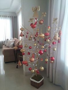 In this DIY tutorial, we will show you how to make Christmas decorations for your home. The video consists of 23 Christmas craft ideas. Twig Christmas Tree, Pink Christmas, All Things Christmas, Christmas Home, Christmas Holidays, Diy Snowflake Decorations, Christmas Table Decorations, Holiday Decor, Alternative Christmas Tree