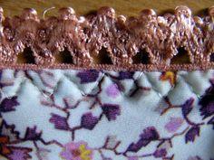 Druhým krokem je zahnutí gumičky do rubu a druhé prošití z lícové strany. Tentokrát můžeme použít tříkrokový klikatý steh, který můžete často vidět na kupovaném spodním prádle.