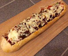 Dit gevulde stokbrood is makkelijk te maken en erg lekker. Je kan hem in stukjes serveren als borrelhap, maar je kan het ook eten als rijke lunch of als diner. Ingrediënten: 1 afbakstokbrood&… Food N, Good Food, Food And Drink, Lunch Recipes, Cooking Recipes, Lunch Wraps, Hot Dog Buns, Appetizers, Favorite Recipes