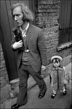 Ian Berry - Man with his daughter and kitten, Whitechapel, London, England, 1972. S)
