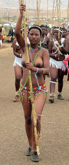 South Africa: Zulu reed dance ceremony by Retlaw Snellac Tribal People, Tribal Women, Cultures Du Monde, World Cultures, African Tribes, African Women, Zulu Women, Afro, Afrique Art