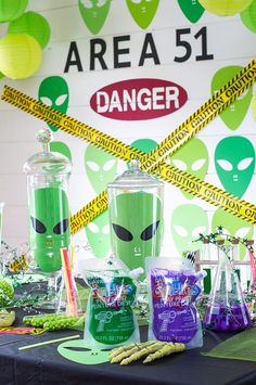 Create the ultimate Alien party for Halloween with Goblies. This how to Halloween party is a great way to create the best Alien party for your kids. Alien Halloween, Theme Halloween, Halloween Halloween, Vintage Halloween, Halloween Makeup, Halloween Costumes, Alien Party, Mad Scientist Party, Outer Space Party