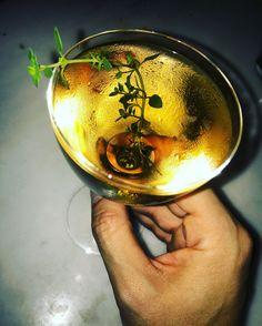Σε ποιο μπαρ στο <i>Σύνταγμα</i> πίνουν αυτό το <b>ολόχρυσο cocktail</b>;