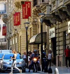 Movimiento de la calle San Martin tomada desde la Av.Cordoba, pleno microcentro de Buenos Aires.