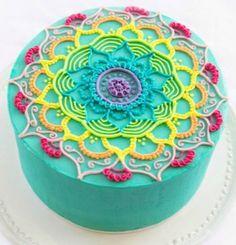 Los mandalas en pastelería son tendencia. Sólo hace falta agarrar la manga y empezar a practicar estos entramados geniales.