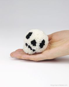 Halloween pompoms tutorial - pompom skull