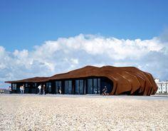 East Beach Cafe  Les architectes anglais Heatherwick Studio ont imaginé et construit le East Beach Cafe à Littlehampton, en Angleterre : un restaurant de bord de mer dont les lignes en vagues ont trouvé leur inspiration dans l'architecture du vent soufflant sur les dunes de sables. A découvrir dans la galerie.