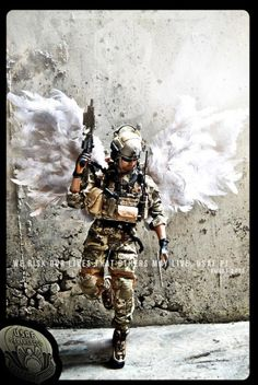 Not an air force guy but the pic is pretty badass. Military Humor, Military Love, Military Art, Air Force Pararescue, Usaf Pararescue, Military Special Forces, Combat Medic, Air Force Mom, Special Ops