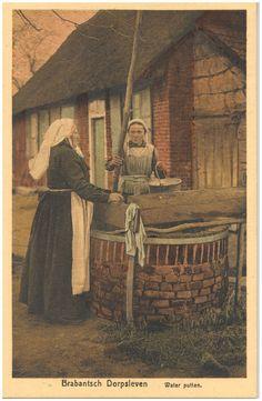 17954 Het putten van water uit de waterput...1890-1910 #NoordBrabant