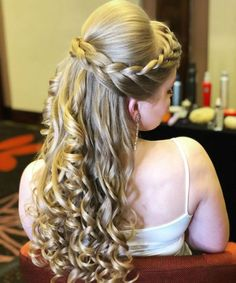 11 Of The Most Recommended Homecoming Long Curly Hairstyles That Make Your Bride Simply Gorgeous. hairstyles for homecoming 11 Of The Most Recommended Homecoming Long Curly Hairstyles Veil Hairstyles, African Hairstyles, Braided Hairstyles, Wedding Hairstyles, Braided Updo, Bridesmaid Hair, Prom Hair, Hair And Beard Styles, Curly Hair Styles