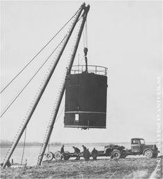 Pernis 1947 - Overslag aan de Oude Maas, van een tank met een drijvende kraan op het terrein van de Shell.