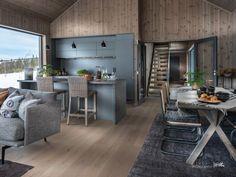 Nyoppført, lekker hytte levert av Sjemmdalhytta | FINN.no Modern Barn House, Dream House Exterior, Cabins In The Woods, Cottage Homes, Hygge, Kitchen Cabinets, House Design, Interior, Table