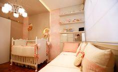 Para este quarto de bebê, a arquiteta Adriana Lima optou pelo estilo provençal. O tom rosa antigo e móveis com pátina branca preenchem o ambiente de 11,7 m², que tem direito até a um céu estrelado sobre o lustre.