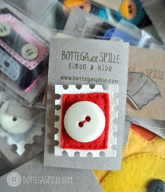 una montagna di creazioni, in cima la spilla francobollo con bottone! Tutto fatto a mano dalla BOTTEGA delle SPILLE!