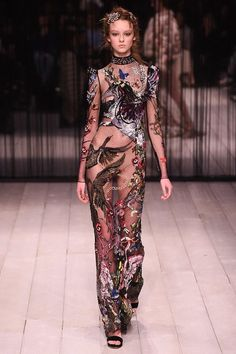Catwalk photos and all the looks from Alexander McQueen Autumn/Winter Ready-To-Wear London Fashion Week Haute Couture Style, Couture Mode, Couture Fashion, Runway Fashion, High Fashion, Fashion Show, Fashion Outfits, Fashion Trends, Fashion Fashion