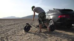 Kite Buggy Champion Craig Sparkes ist in Taifa, Spanien und versucht den Sprung über einen Jaguar XF Sportbrake!