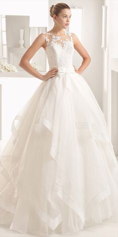 Ballgown with matt cotton guipure lace bodice, flouncy royal organza skirt and tattoo-effect yoke and back, in natural.