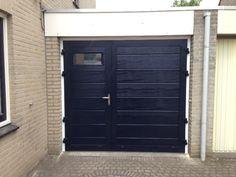 Bij deze deur is er gekozen voor de midden profilering, met een houtnerf in het paneel. De garagedeur is tevens voorzien van een geïsoleerd (thermisch onderbroken) kozijn en een RVS deurkruk.