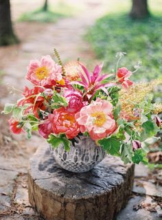 Pink peonies and bright tropical floral arrangement Wedding Centerpieces, Wedding Bouquets, Wedding Flowers, Centrepieces, Wedding Table, Peony Arrangement, Floral Arrangements, Fresh Flowers, Beautiful Flowers