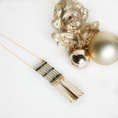 sautoir ethnique Indien, tubes dorés, perles de rocaille noires, perles mates or, breloques longues plumes, chaîne : Collier par faraboule