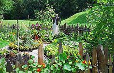 Selbstversorger Garten mit Blumen- und Gemüsebeet