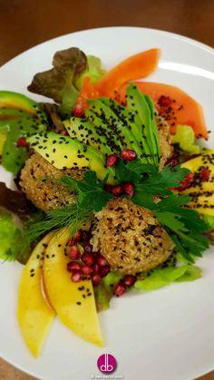 #fruchtig #frischer Sesam-Quinoa - #vegan Süße #Mango & #Papaya kombiniert mit den herzhaften #Aromen von Tamari, schwarzem #Sesam & goldenem #Quinoa. Dazu ein frischer Avocadofächer, Zitronen-Dressing und #Granatapfel.