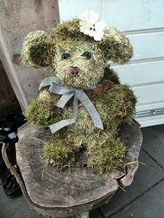 Hier heb ik een beer gemaakt van hooi en afgewerkt met mos.