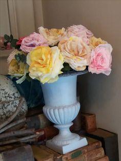 Paper roses, de gietijzeren vaas is geverfd met verf van Creta et Aqua kleur Caleum CA013 en is verkrijgbaar bij 't Heerenhuys in Susteren.