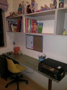 Escritorio para jovencita en edad escolar, un vidrio arenado, parante de acero y listo!! Organizado, amplio y funcional