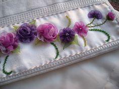 KURDELE ÇİÇEK Diy Ribbon Flowers, Ribbon Work, Fabric Flowers, Silk Ribbon Embroidery, Hand Embroidery, Turkish Towels, Deco Table, Needle And Thread, Shibori