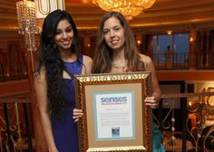 "Michelle Almeida, Miss India, Entregando Premio ""Senses Innovation Award"" a Airnergy+ en el prestigioso Hotel Burj al Arab en Dubai"