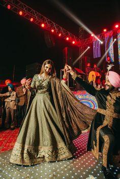 Komal & Tanveer - A Stunning Amritsar Wedding with the most beautiful Rimple and Harpreet Narula lehenga Mehendi Outfits, Indian Bridal Outfits, Indian Bridal Lehenga, Indian Dresses, Bride Reception Dresses, Wedding Reception Outfit, Wedding Lehnga, Sikh Wedding Dress, Indian Reception Outfit