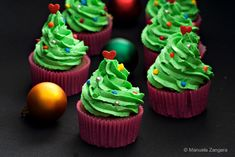 Christmas Tree Cupcakes Christmas Tree Cupcakes  delicious chocolate cupcakes topped with green vanilla buttercream to make them look just like a Christmas tree!