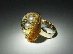 Elis Kauppi for Kupittaan Kulta (FI), vintage modernist yellow gold cocktail ring with three cultured pearls, 1970s. #finland | finlandjewelry.com