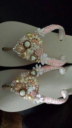 Chiinelos decorados Knit Shoes, Crochet Shoes, Wedding Flip Flops, Wedding Shoes, Shoe Crafts, Jewelry Crafts, Flip Flop Craft, Decorating Flip Flops, Beaded Sandals