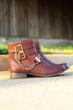 chain booties <3 Flat Boots, Shoe Boots, Ankle Boots, Shoes Heels, Dream Shoes, Crazy Shoes, Cinderella Shoes, Carrie Bradshaw, Shoe Closet