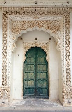 This carved gorgeousness from Jodhpur Inspiration déco marocaine Jodhpur, Indian Architecture, Beautiful Architecture, Ancient Architecture, House Architecture, The Doors, Windows And Doors, Entry Doors, Front Entry