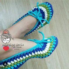 Pin by Sherrey McGowan on Crochet: Slippers Crochet Slipper Boots, Crochet Sandals, Knitted Booties, Knitted Slippers, Crochet Slippers, Crochet Crafts, Easy Crochet, Crochet Baby, Knit Crochet