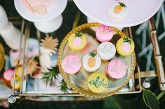 Inspiration party, thème exotique, Aloha ... Plateau dessert original, macaron décoré, ananas, aloha...