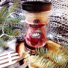 Nová darčeková sada skladom 🎁 Santa sa činil, nájdete v nej všetko čo potrebujete 😍 Vonné fazuľky Magik Beanz v limitovanej vianočnej vôňi, čajovú sviečku a aromalampu 🔥 Candle Jars, Candles, Busy Bee, Secret Santa, Secret Pal, Candy, Candle Sticks, Candle