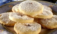 Amanteigado grego (kourabiedes) No Bake Desserts, Just Desserts, Greek Cookies, Macedonian Food, Biscuits, Biscotti Cookies, Bread Cake, Baked Donuts, Savoury Dishes