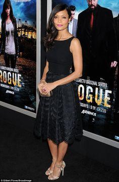 La chica de rosa: Thandie Newton mostró su lado femenino con los labios de color rosa fucsia y un vestido vaporoso negro en el estreno en Los Ángeles de su nuevo Rogue programa de televisión en Hollywood el lunes
