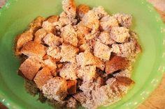 Vágd 2 cm-es kockákra a szikkadt kenyeret, majd keverd össze ezzel a pár… Krispie Treats, Rice Krispies, Cereal, Muffin, Cheese, Breakfast, Desserts, Food, Morning Coffee