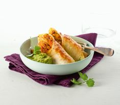 Was gibt es besseres, als etwas, das mit Käse überbacken ist? Diesen Tortillas gibt es zumindest eine ganz besondere Note. Salat Sandwich, Guacamole, Mexican, Ethnic Recipes, Food, Falafel, Ramen, Curry, Kitchens