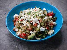 Een heerlijke Griekse maaltijdsalade met Quinoa die binnen 30 minuten op tafel kan staan. Heerlijk vers, gezond en vooral heel erg makkelijk en snel...
